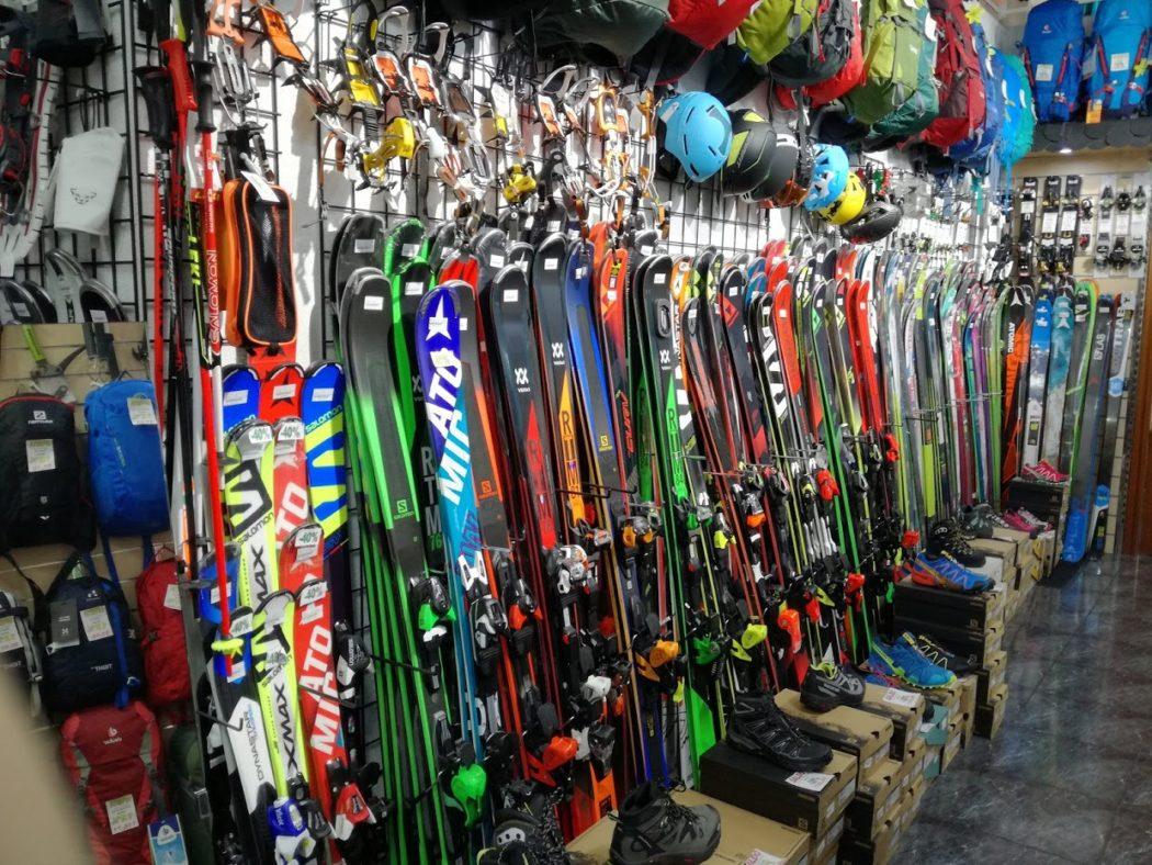 7f0194aa511 Interior de la tienda madrileña Deportes Alaska, especializada en esquí de  travesía.