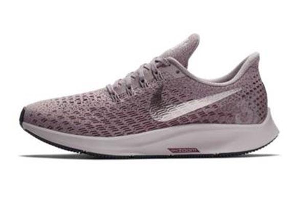 ef58c42a58 Una de las zapatillas de running más populares entre los corredores, la Nike  Air Zoom Pegasus alcanza su edición número 35. Os explicamos qué mantiene y  qué ...