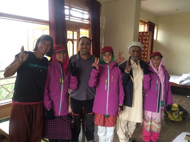 Ternua viste a chicas pakistaníes porteadoras en favor de la igualdad de género
