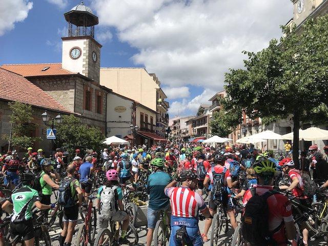 Cientos de ciclistas se concentran contra el plan de uso de la Sierra de Guadarrama