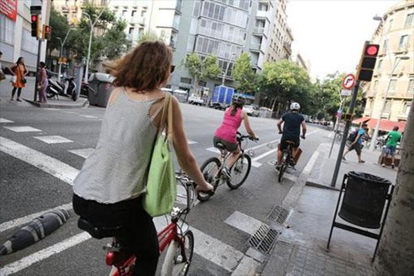 Barcelona prohibirá a las bicicletas circular por la acera en 2019