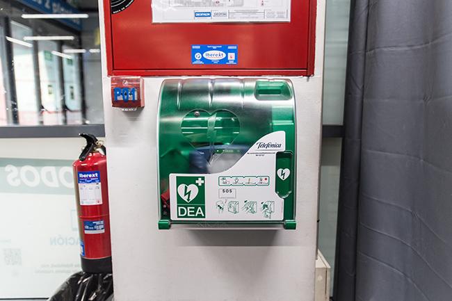 Decathlon instalará desfibriladores monitorizados en sus tiendas y centros logísticos
