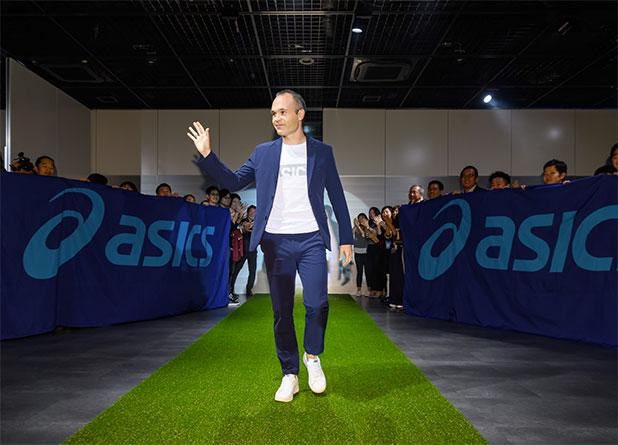 Asics se refuerza en fútbol de la mano de Andrés Iniesta
