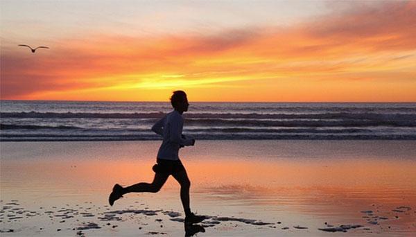 Correr por la playa en otoño, una buena alternativa al asfalto