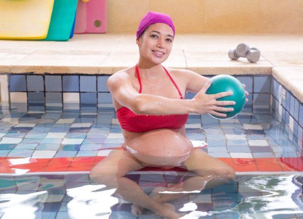 5 ejercicios en el agua para cuidar la espalda durante el embarazo