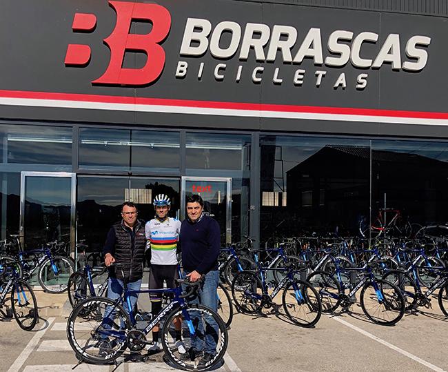 Berria y Borrascas entregan a Alejandro Valverde las bicis del Team Terra-Fecundis