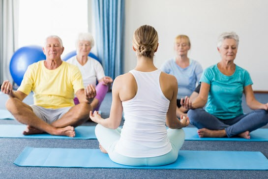 Yoga para reforzar la función cerebral en personas mayores