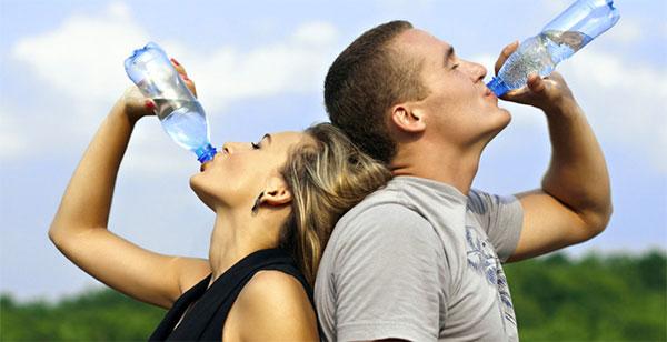 Consejos básicos para mantenerse bien hidratado en verano