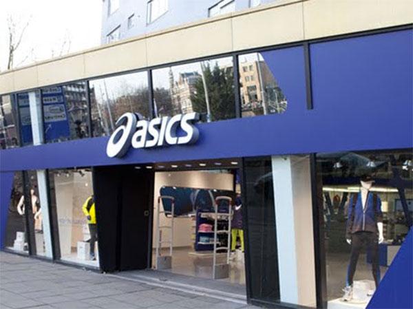 Asics reestructura su red de tiendas propias en su apuesta por la venta directa