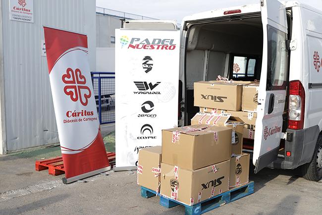 Padel Nuestro dona 170 piezas de textil y calzado de pádel a Cáritas