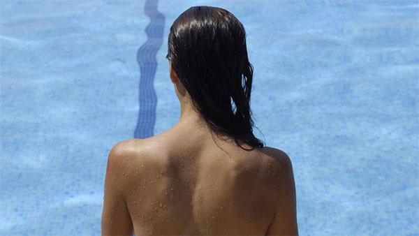 Barcelona obliga a las piscinas municipales a permitir el topless