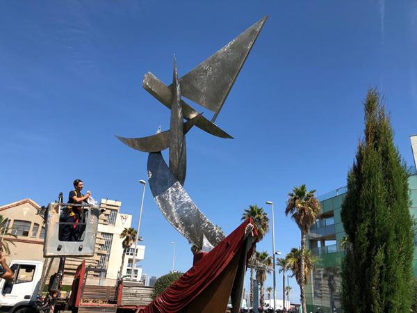 Últimos preparativos en vísperas de la inauguración del monumento al patín a vela