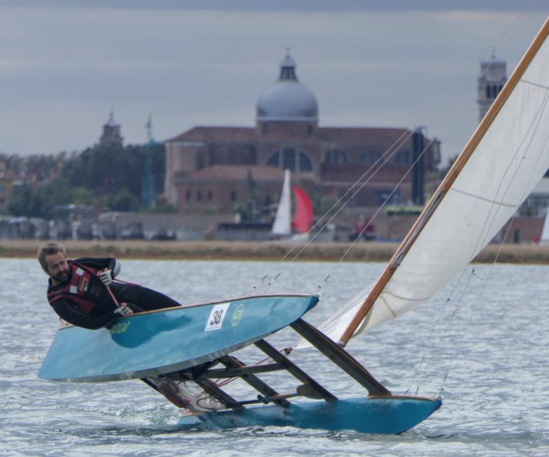 La regata Velalonga de Venecia vuelve a contar con patines a vela