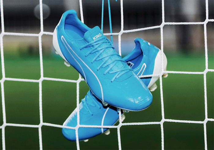 Puma viste de azul luminoso sus botas King Platinum