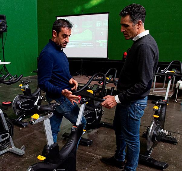 Melcior Mauri entrega la bicicleta CXP de Matrix a Miguel Induráin