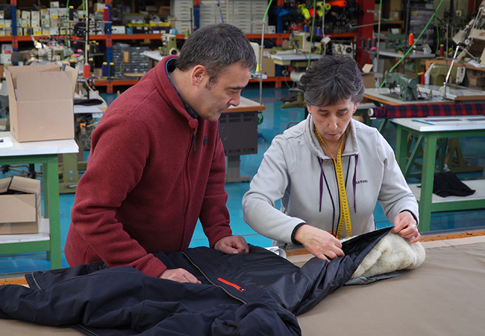 Ternua reutiliza lana de oveja latxa como aislante térmico natural
