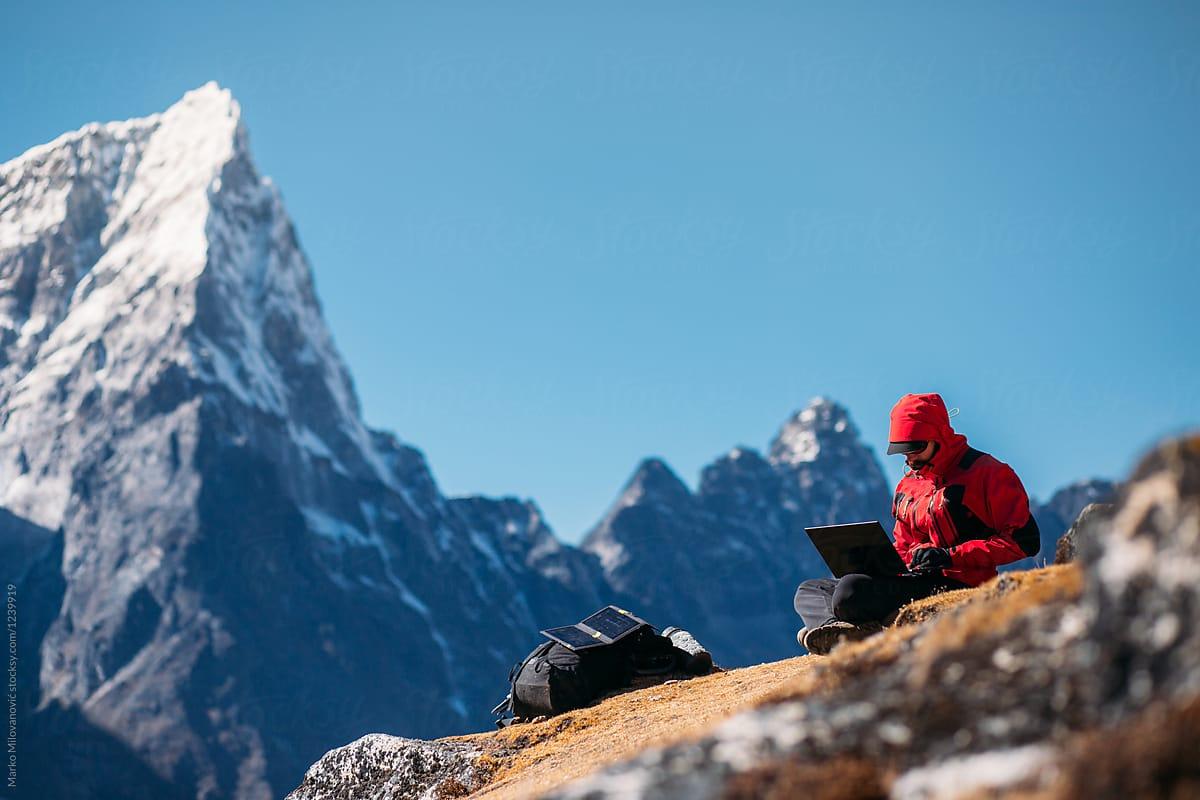 Los 'gigantes' del outdoor se agarran a la venta online y las liquidaciones de invierno
