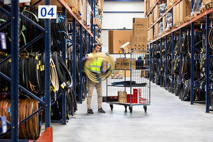 Comet pone a funcionar su almacén las 24 horas para agilizar las entregas