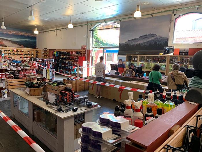 Los grandes operadores de ciclismo reabren 'encogiendo' sus tiendas