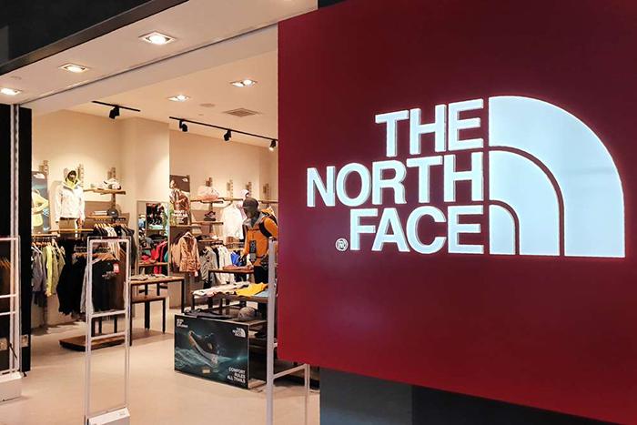 El dueño de The North Face y Vans reduce beneficios a la mitad en el último ejercicio