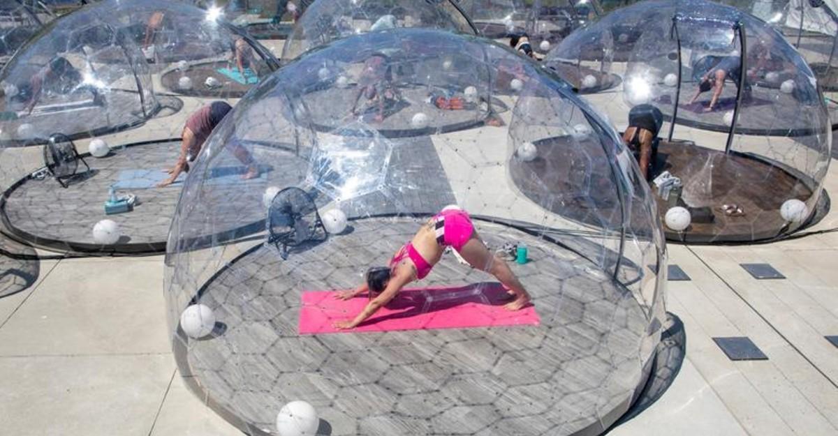 Deciden practicar hot yoga en burbujas individuales transparentes