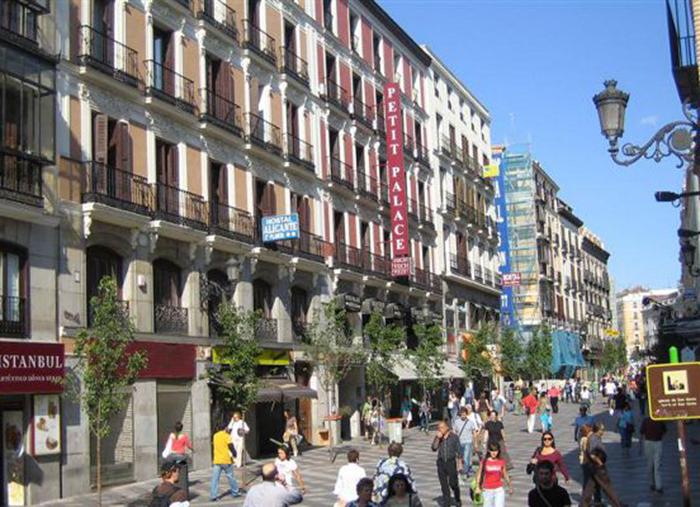 La falta de turistas ralentiza la recuperación del tráfico peatonal en las calles comerciales