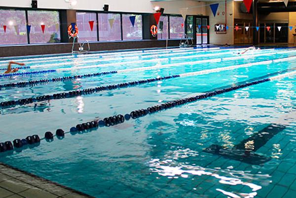 Centros deportivos estudian cerrar sus piscinas para ahorrar costes