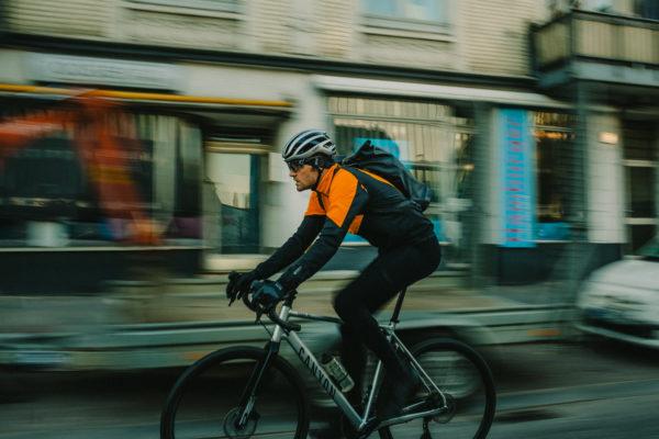Gore-Tex lanza su nueva chaqueta Phantom para ciclistas