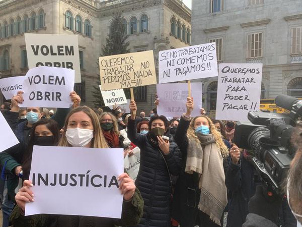 Los centros comerciales catalanes salen a la calle a reivindicar su reapertura