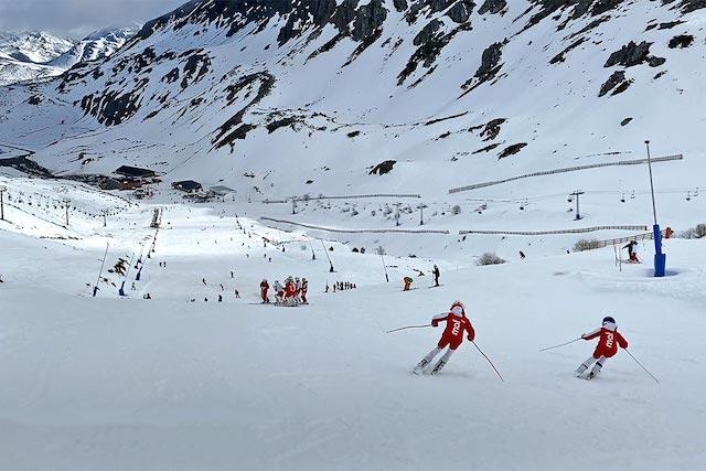 Más de 2.500 usuarios en la primera gran estación de esquí abierta en España