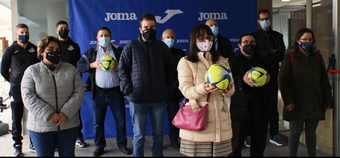 Joma colabora en la donación benéfica de 100 balones de fútbol