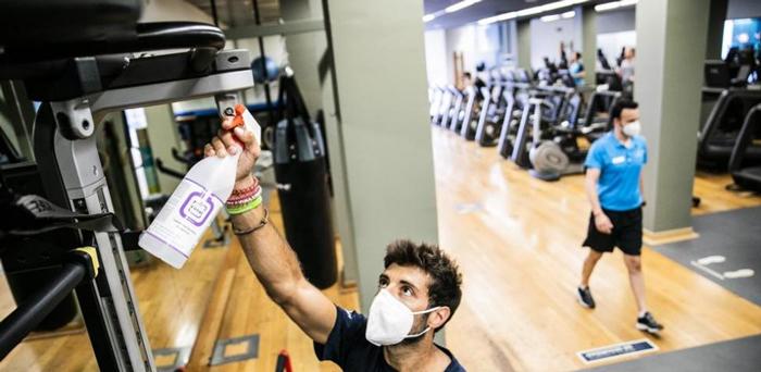Alertan de la combinación nociva de sudor y productos de limpieza en el gimnasio