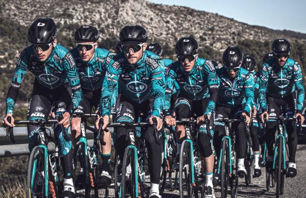 Los ciclistas del B&B HOTELS vestirán gafas y cascos Bollé