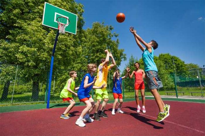 Los chicos practican cuatro veces más deporte que las chicas