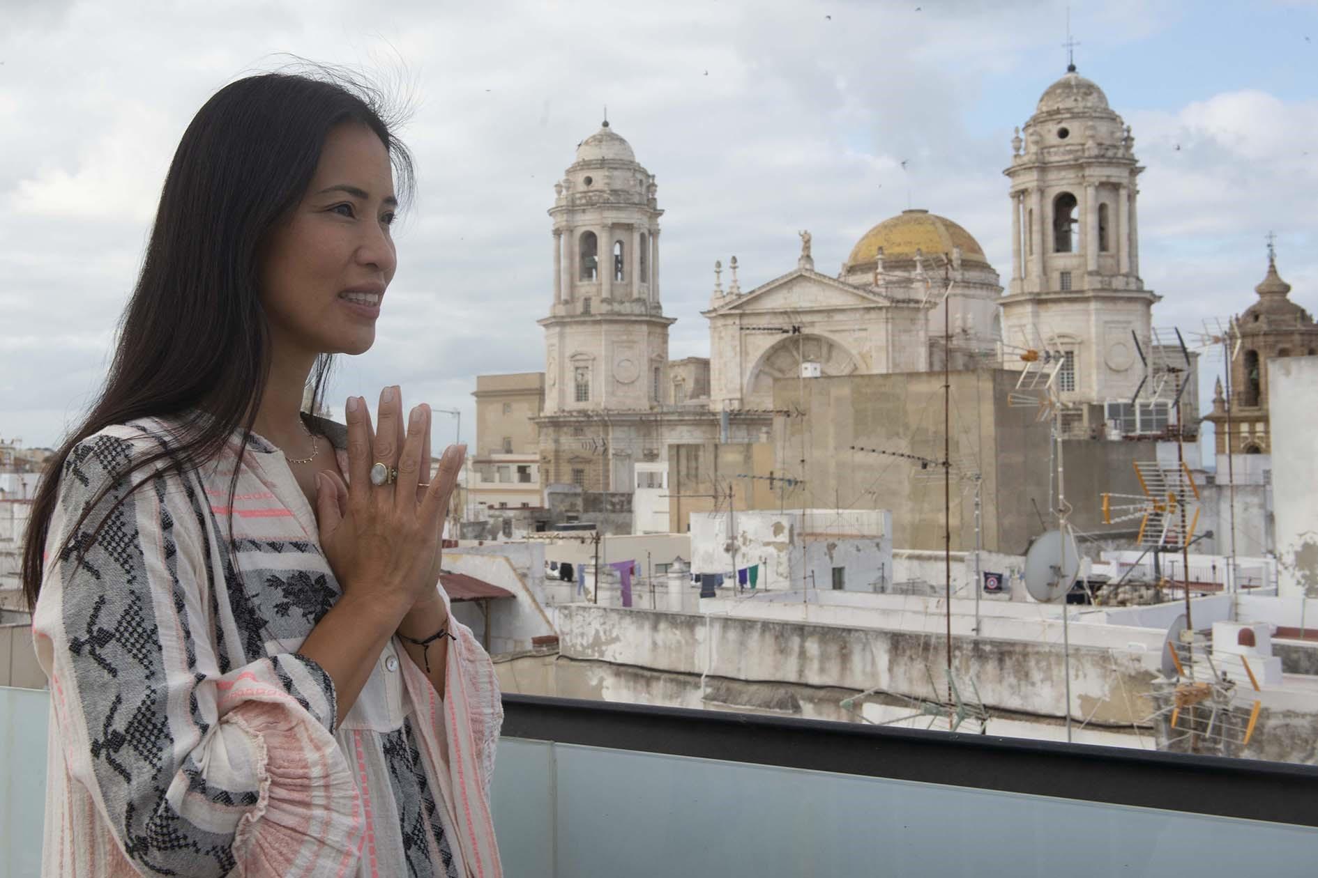 Cádiz ficha a Xuan Lan para promocionarse como destino de bienestar y yoga