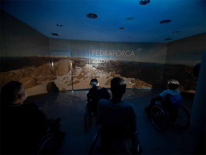 Salomon acerca el Pedraforca a los pacientes del Institut GuttmannA través de una proyección inmersiva