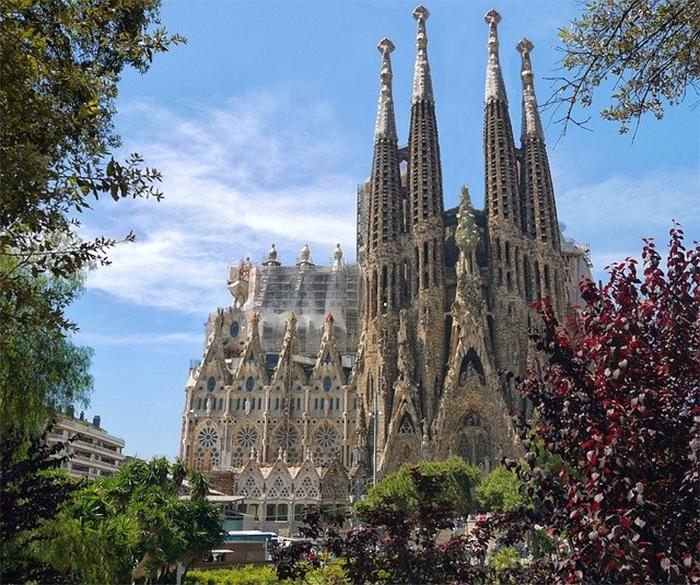 Piscina&Wellness Barcelona reta a imaginar un centro acuático frente a la Sagrada Familia