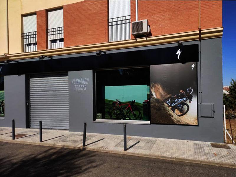 Fernando Torres ProBikes renueva la fachada de su tienda en Llerena