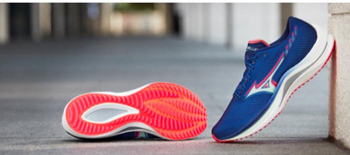 Mizuno acerca las zapatillas rápidas a todos los públicos con Wave Rebellion