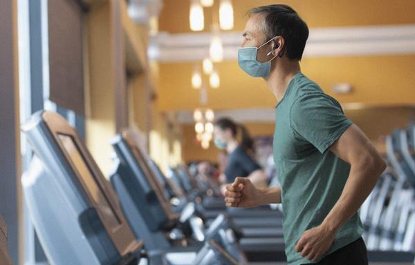 España, único país europeo que mantiene el uso de mascarilla en los gimnasios